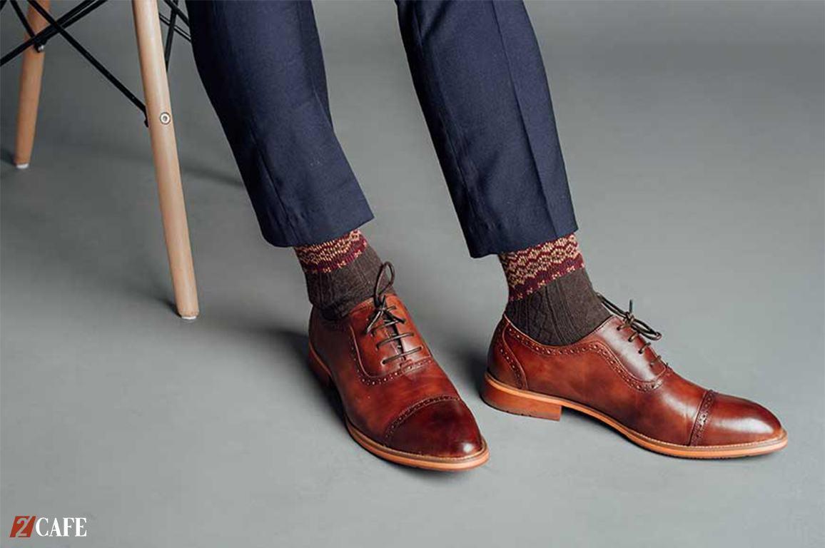 Giày tạo vẻ đẹp lạ mắt khi kết hợp với tất chân cao cổ (Nguồn: Internet)