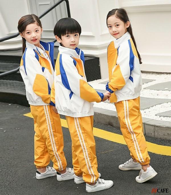 Mẫu đồng phục trắng vàng chất liệu nylon (Ảnh: Internet)