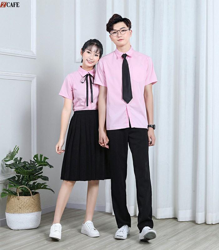 Chiếc áo hồng có cổ kín đáo có thể mix với quần jeans hoặc váy xếp ly đều mang đến ấn tượng về thời trang (Ảnh: Internet)